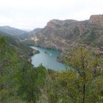 Vista del rio con un barquito navegando por él