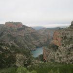 Vista del embalse y el castillo de Chirel