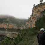 El sendero transcurre siempre junto a altas paredes de roca