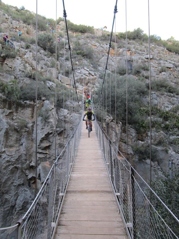Cruzando el primer puente colgante sobre el Turia
