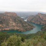 Vista del rio Jucar con el Castillo de Chirel sobre la muela