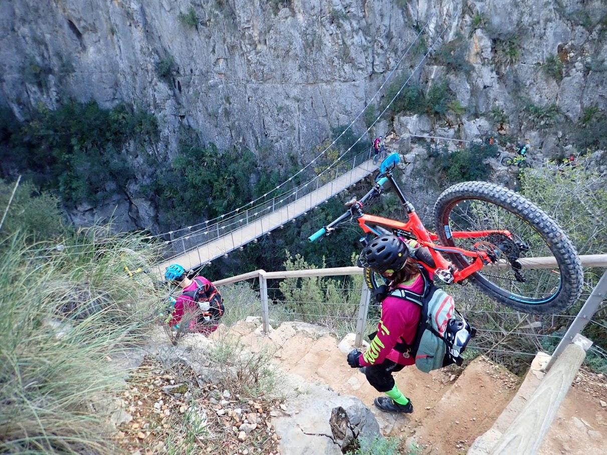 Bajando las escaleras hacia el primer puente colgante