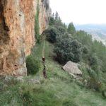 Jordi y Victor por el sendero pegado al a pared de roca