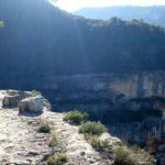 Tramo de cornisa de roca en la Senda de la Cortada