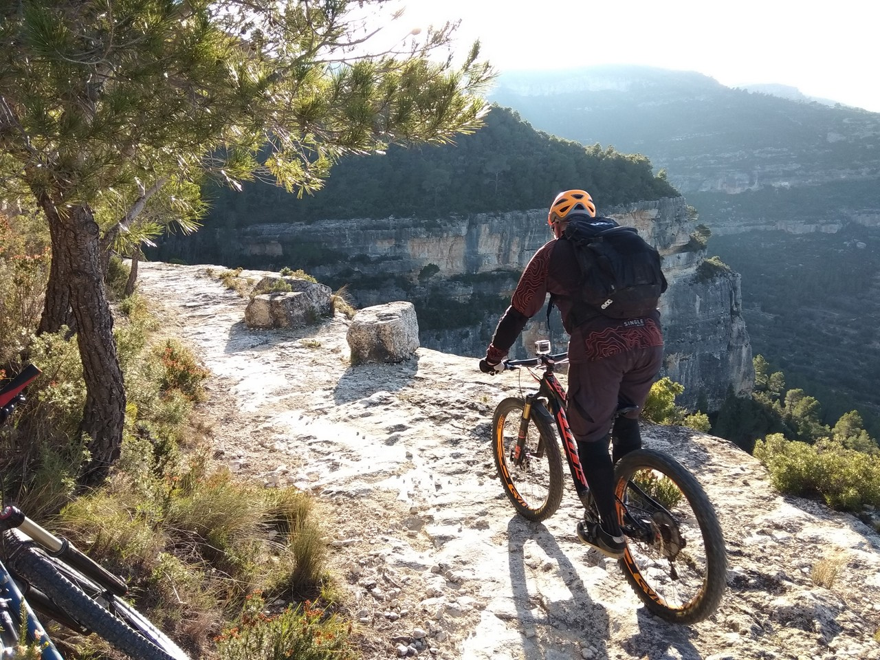 Jordi en un tramo de cornisa de roca en la Senda de la Cortada