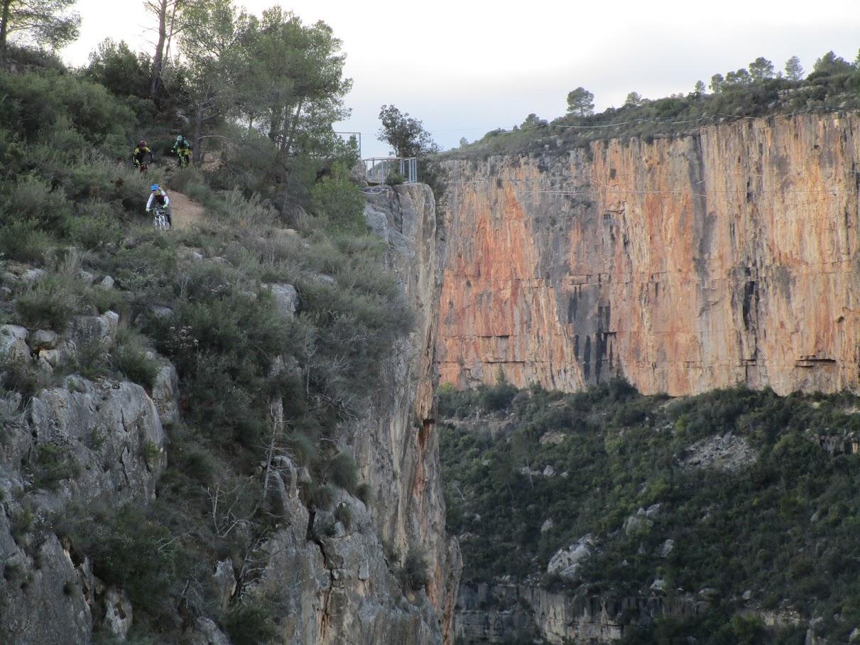 Tramo inicial de senda junto al acantilado