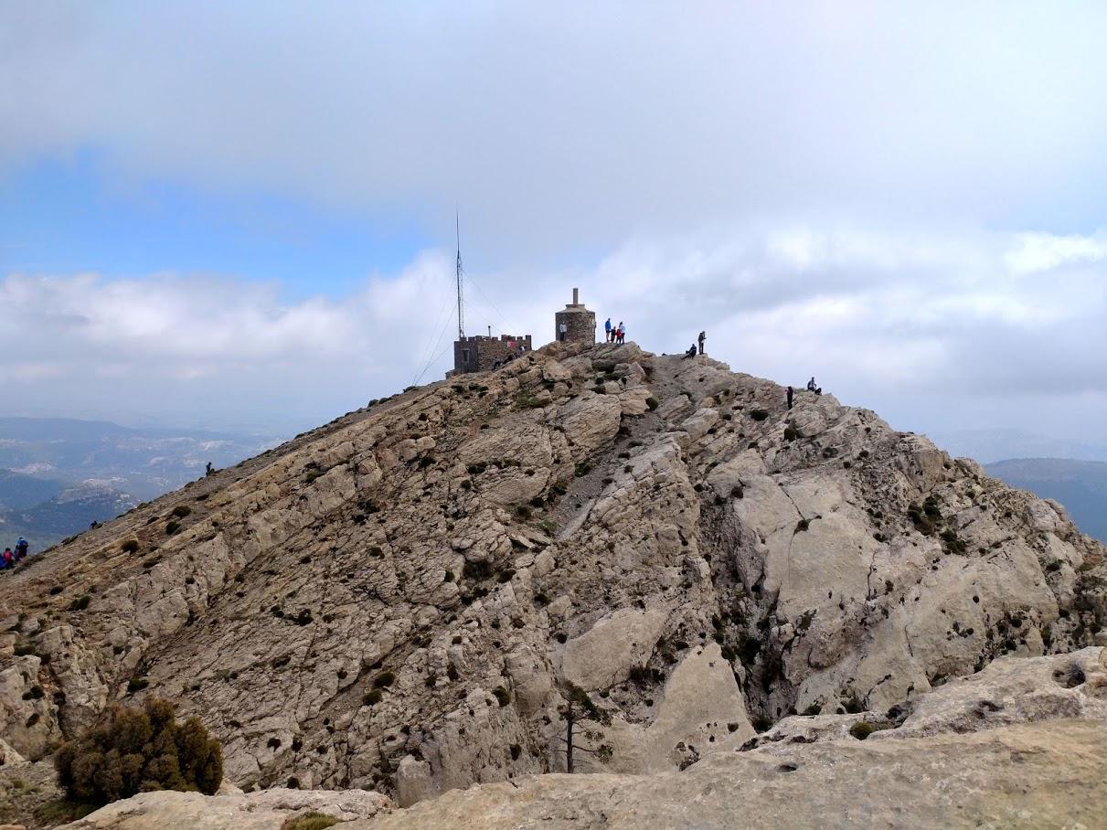 Vista de La Caseta del guarda y el vértice desde es espolón de la Caseta de les Antenes