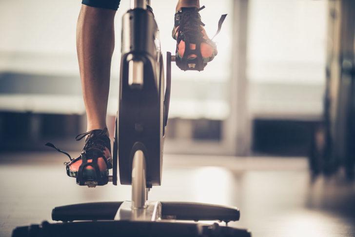 Entrenando con bicicleta de spinning