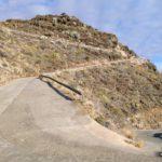 Carretera de bajada al poris de Candelaria. En la foto parece más ancha de lo que es.