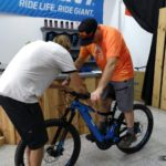 Tobi haciendo los ajustes a la bici de Jordi