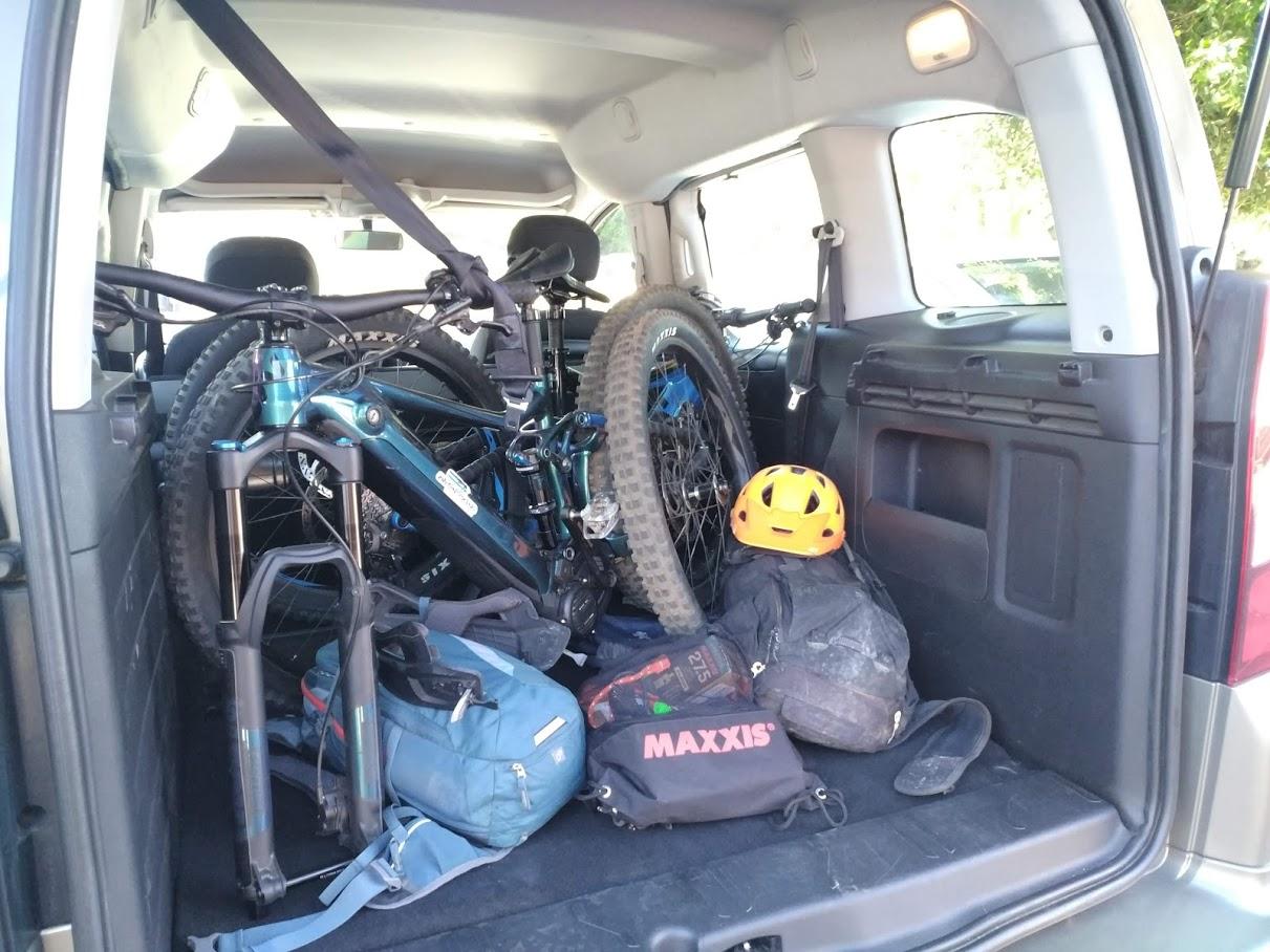 Bicis cargadas en el Taxi de Sergio
