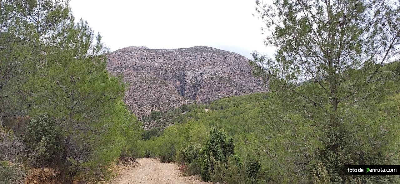 Nos dirigimos hacia esa montaña