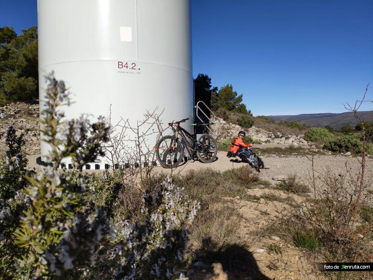 Últio molino de viento antes de iniciar la bajada de El Cartero