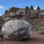 Aurora intentando llevarse la piedra a casa