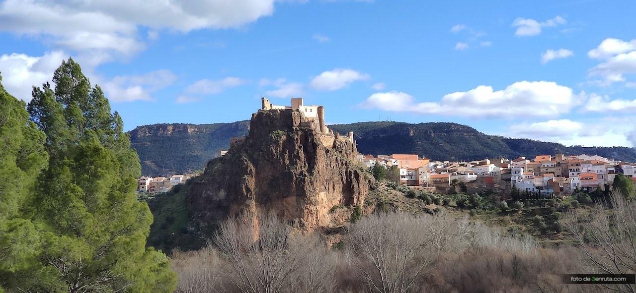 Castillo de cofrentes desde el inicio del último tramo de ruta