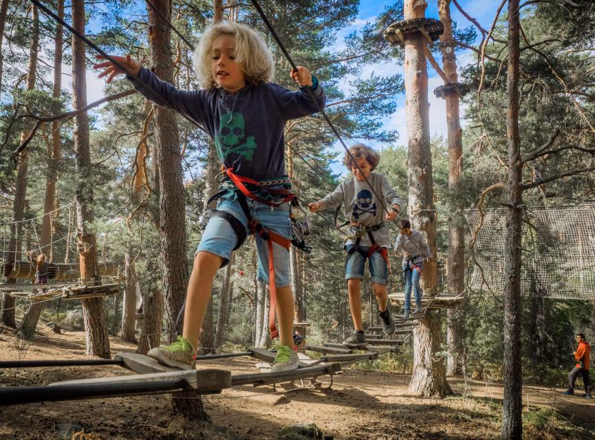 Actividades para niños en un circuito de parque multiaventura