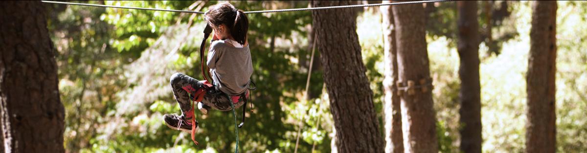 Tirolinas para niños en parque multiaventura