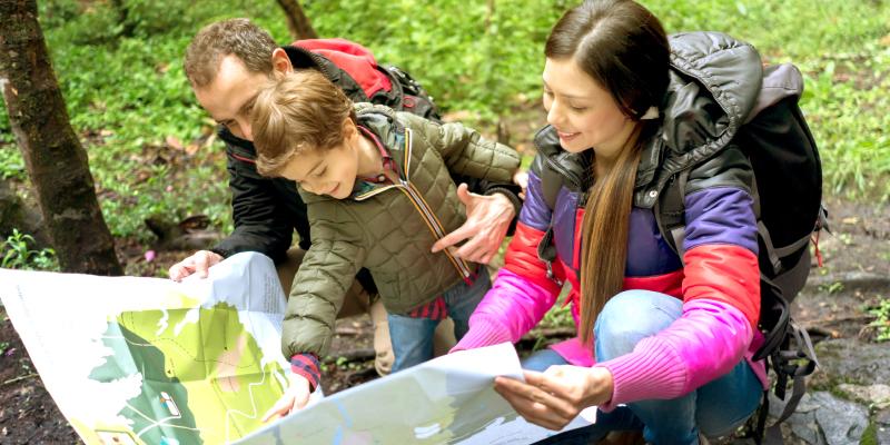 Familia practicando geocaching