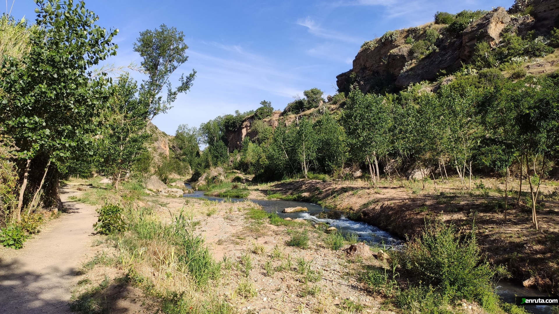 Durante la primera parte rodaremos por un sendro junto al rio