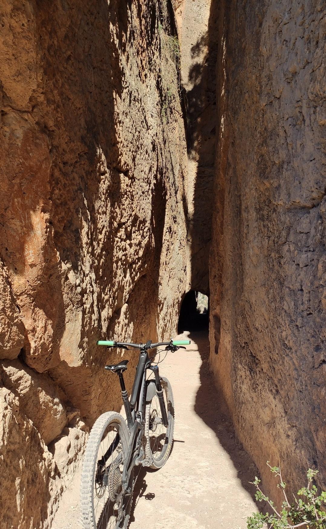 La Peña Cortada que atravesaremos a través de un pequeño tunel
