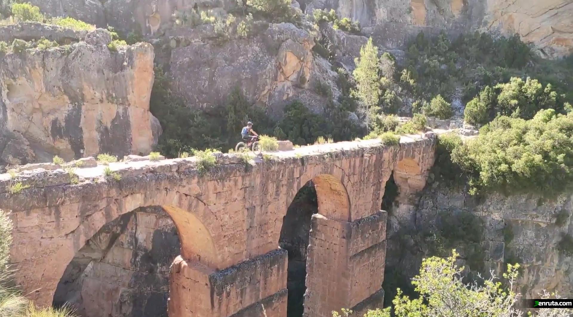 Cruzando el Acueducto Romano de Peña Cortada en Calles