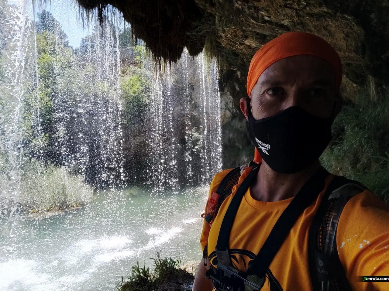 Dentro de la Cascada del Molino de San Pedro en el Vallecillo