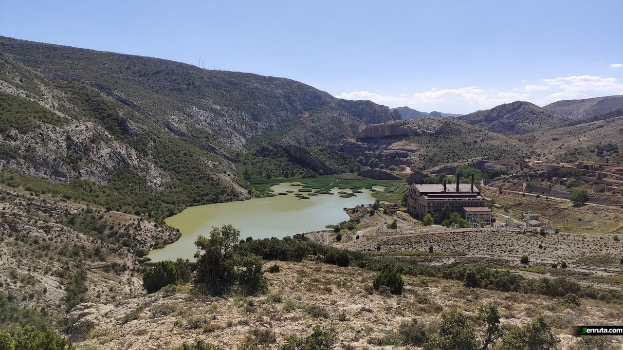 Vista del embalse y la central de Aliaga desde el Mirador de la Hoz Mala