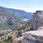 En nuestro caso dejamos el sendero principal para disfrutar de estas vistas junto a las paredes de piedra