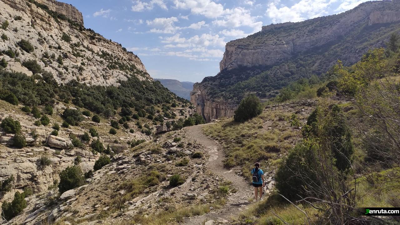 El sendero de la Hoz Mala va ganando altura y las vistas cada vez son más bonitas