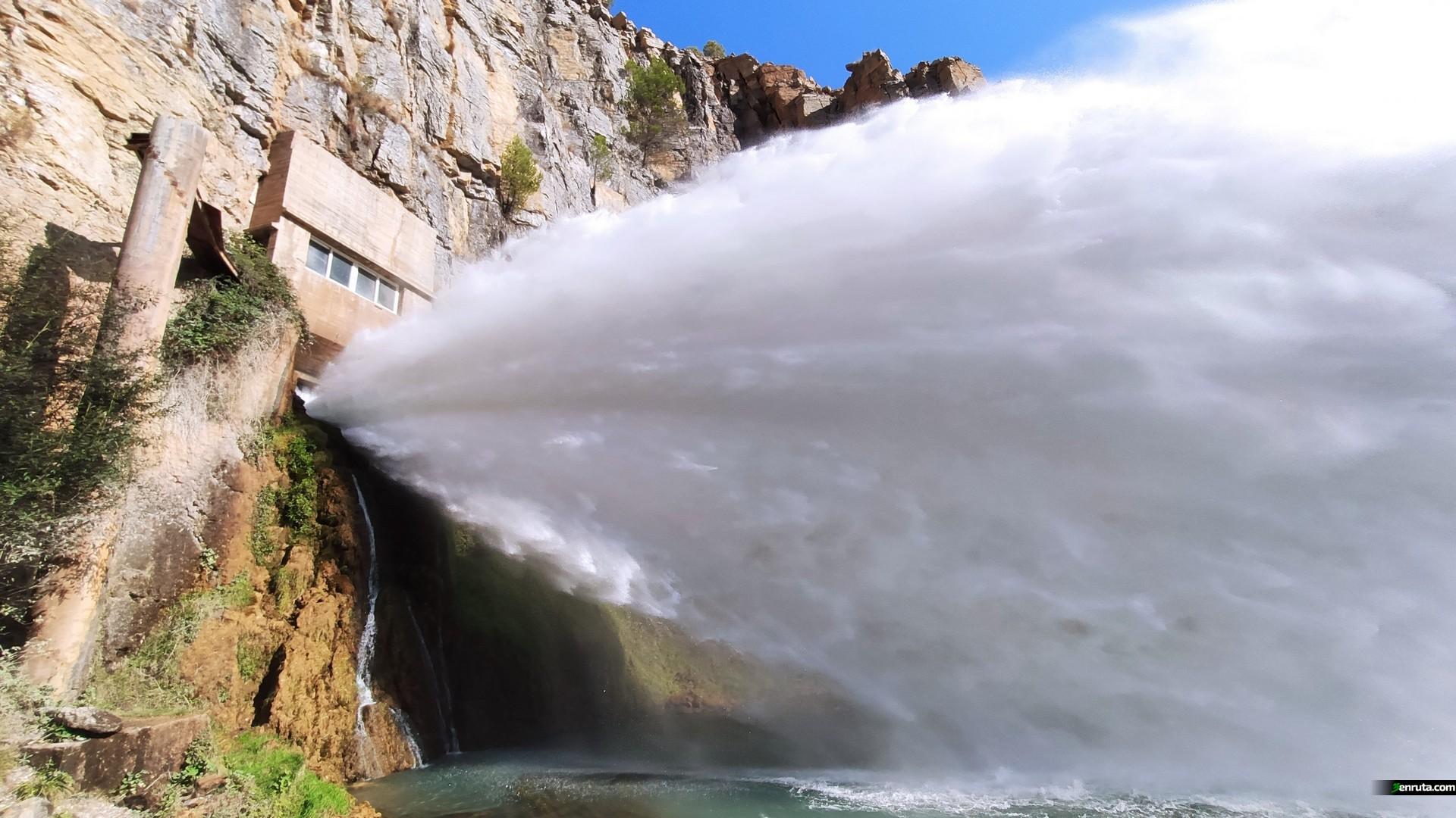 El agua sale con una fuerza brutal