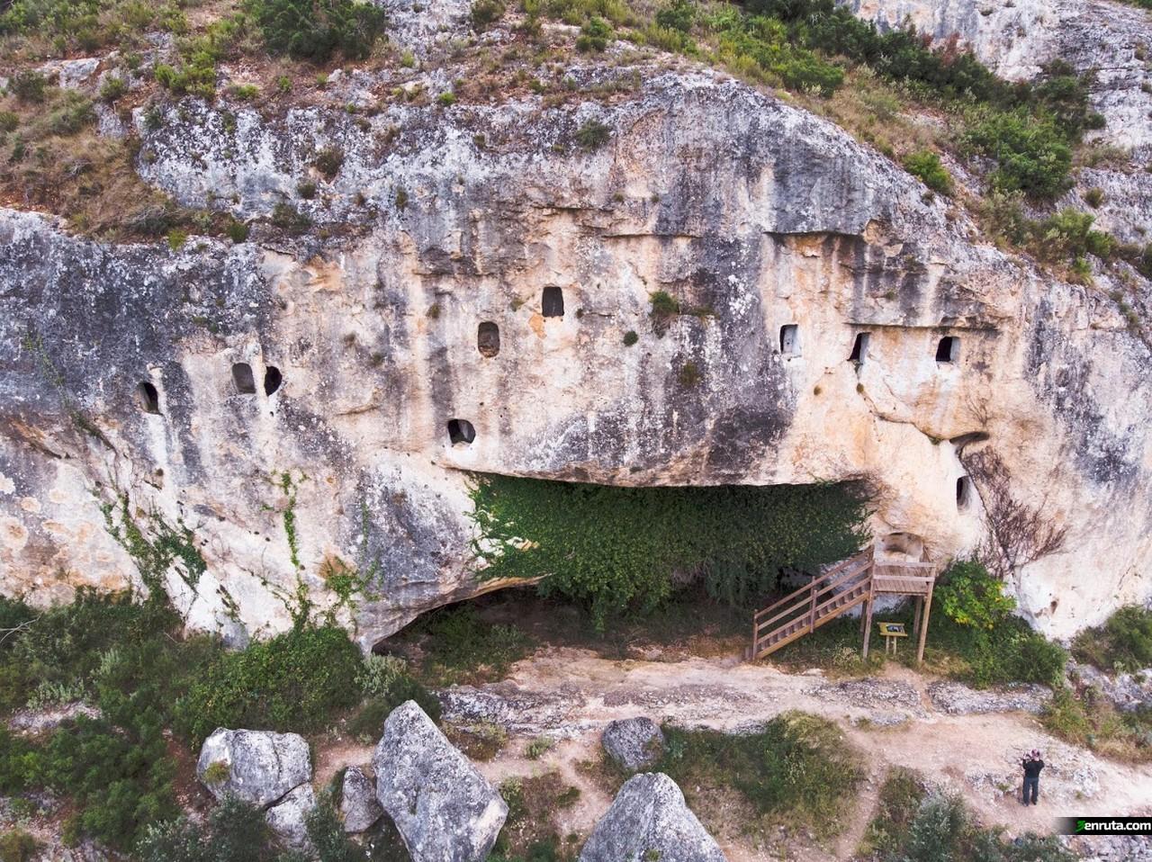 Vista general de La Cova de les Finestres de Alfafara