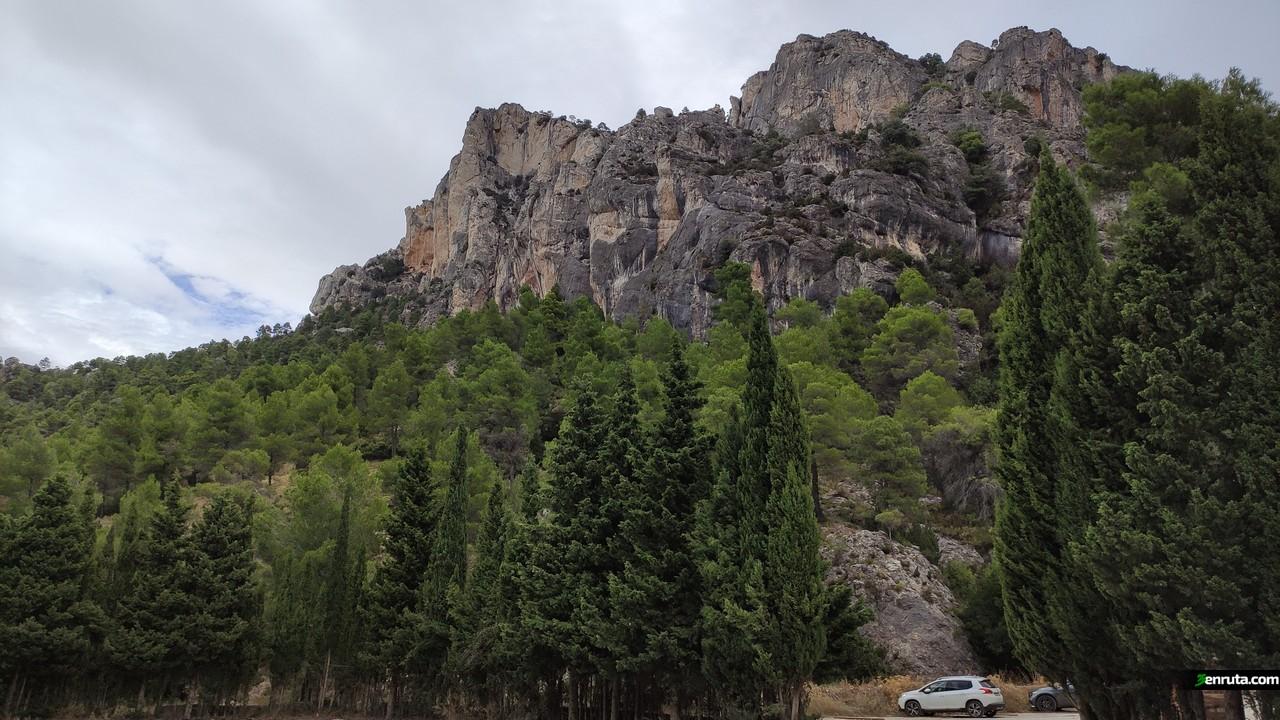 El parking está rodeado por grandes formaciones rocosas