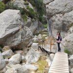 Sector con pasarelas entre las rocas junto al rio Matarraña