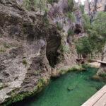 Poza de agua clara que salvaremos gracias a la pasarela y el puente de madera