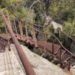 Escalera metálica que nos baja las pinturas rupestres del Monte Arabí