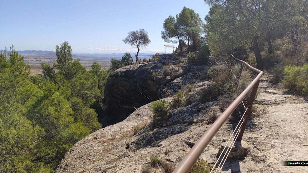 Balcon de piedra sobre las pinturas rupestres del monte Arabí
