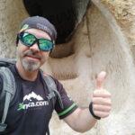 Un mega-crack en la entrada a la Cova de les Finestres