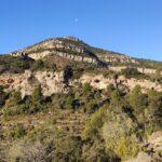 Tenemos frene a nosotros las Cuevas de la Garita y el Castillo de Chera bajo la loma de la Corcera
