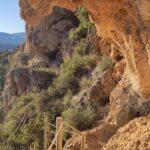 Vista lateral del camino de nos lleva de cueva en cueva