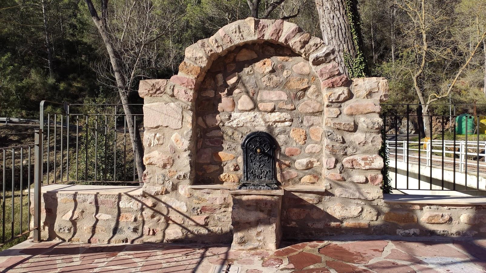 Fuente en la plaza de Benitandús