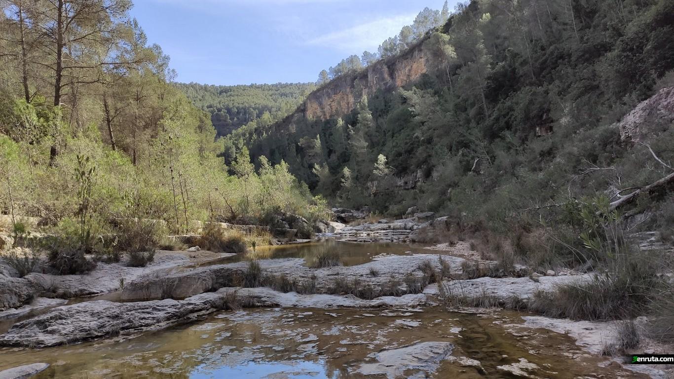 Camino por el cauce el Rio Grande