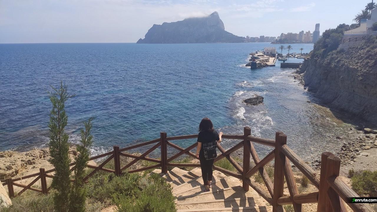 El Peñón de Ifach y el pequeño puerto del Club Náutico les Bassetes