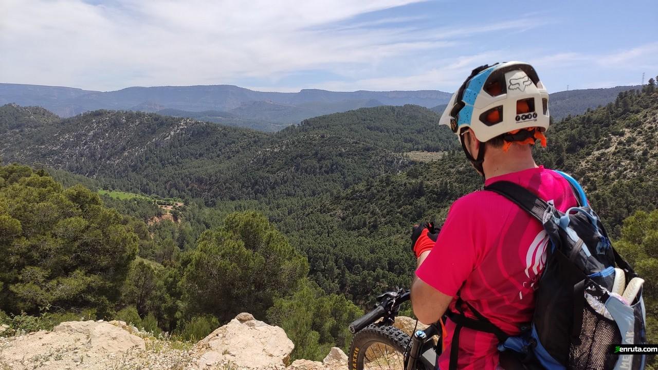 Vista desde la Carretera que nos lleva a las Pozas con el Castillo de Chirel al fondo